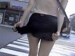 【パンチラ隠撮動画】秋の強風に注意ww暴風で捲れ上がるミニスカートを必死に抑える素人ギャルを街撮りww