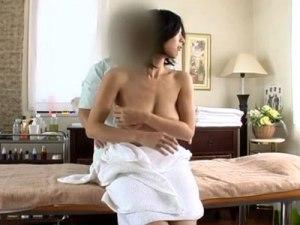 【マッサージ隠撮動画】垂れ乳を照れる一般女性の天然オッパイが揺れるセックスを隠しカメラ撮りww