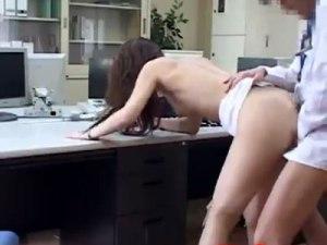 【SEX隠撮動画】男と女が二人っきりのオフィスでミスしたギャルOLに命令する先輩のキツイお仕置き…