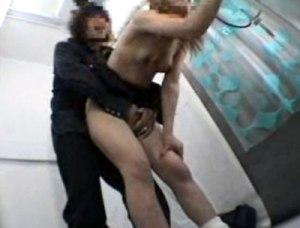 【イタズラ隠撮動画】彼氏の悪ノリ発動wwプリクラ機内で全裸にされた女子校生を隠しカメラ撮りww