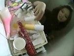 【トイレオナニー隠撮動画】女子便所に置かれたオナニーグッズ…信じられない大きさのバイブ手に取ったギャルww