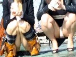 【パンチラ隠撮動画】股の通気性を気にしてるのか…パンツ丸出しで友人と話す素人女性を隠し撮りww