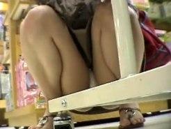【パンチラ隠撮動画】子供におもちゃ買うためにデパートで物色するセレブ妻のエロ下着を接写撮りww
