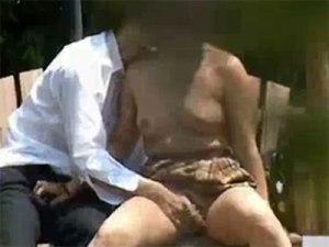 【青姦隠撮動画】公園という場所を忘れて上半身を既に裸にされてしまった女子校生と彼氏のセックス現場ww