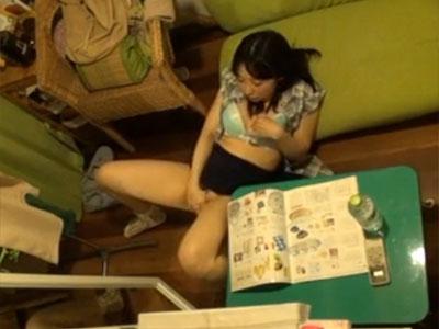 【オナニー隠撮動画】いつもの定位置でグチュグチュ音を立てながら自慰行為をする姉を隠しカメラ撮りww