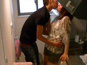 【SEX隠撮動画】男友達の言い寄りに即キスを返すビッチギャルww隠しカメラでセックスの一部始終を撮影…