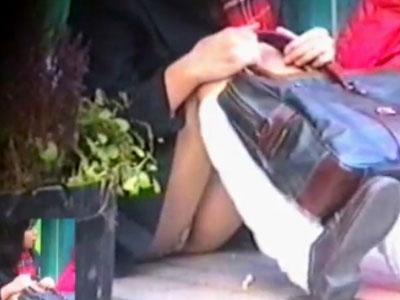 【パンチラ隠撮動画】近距離で女子校生の食い込みパンツを接写撮り…座りパンチラ&逆さ撮りで無差別撮影ww