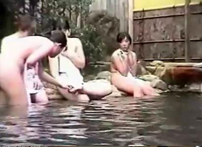 【露天風呂隠撮動画】女子大生の卒業旅行に遭遇した温泉宿の流出映像…一番良い時期の身体の女性たちを隠しカメラ撮りww