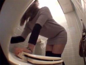 【おしっこ隠撮動画】洋式トイレの蓋を強力な接着剤で開かなくした時、女性の取った衝撃行動がスゴイww