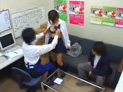【JKレイプ盗撮動画】カップルで万引きを目撃された女子校生…彼氏の目の前で強姦する店長ww