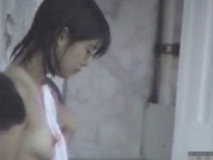 【銭湯隠撮動画】スーパー銭湯の女湯で明らかに年齢が若い女の子の膨らみかけオッパイの撮影に成功ww