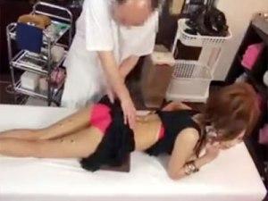 【マッサージ盗撮動画】同伴誘いの電話をするキャバ嬢にモテないハゲ親父が性欲強くなるお灸で楽々中出しww