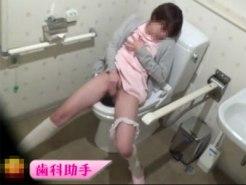 【トイレオナニー盗撮動画】美人が多い歯医者のトイレに仕掛けた隠しカメラ…歯科助手が休憩中に自慰行為ww