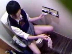 【JKお漏らし盗撮動画】オシッコでパンツを濡らしてしまった女子校生…ビチャ濡れパンツを脱ぎ捨て退出ww