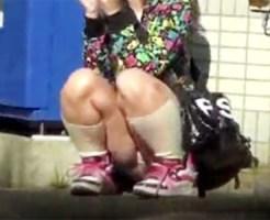 【JCパンチラ盗撮動画】明らかに幼い容姿の女子が座り込んでハンバーガー食べながら座りパンチラww