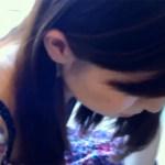 【胸チラ店員盗撮動画】アパレルショップの可愛い女子店員が接客中に胸元のおっぱいを隠し撮りww