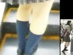 【スカート捲り盗撮動画】エスカレーターに乗った隙を狙って制服JKたちのミニスカ捲り上げパンモロを隠し撮りww