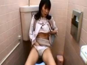 【OLトイレオナニー盗撮動画】17時仕事終わりに女子トイレに入りMyローター使って自慰するOLを隠しカメラ撮りww
