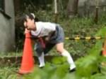 【野外オナニー盗撮動画】コーンバーに跨がりオマンコを擦りつけて自慰行為する女子校生を隠し撮りww
