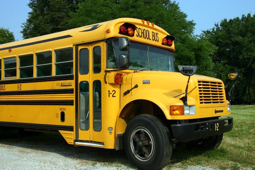 school-bus-2645085_1920