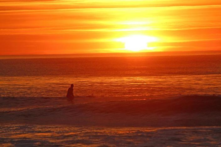 Surfen im Sonnenuntergang Frankreich