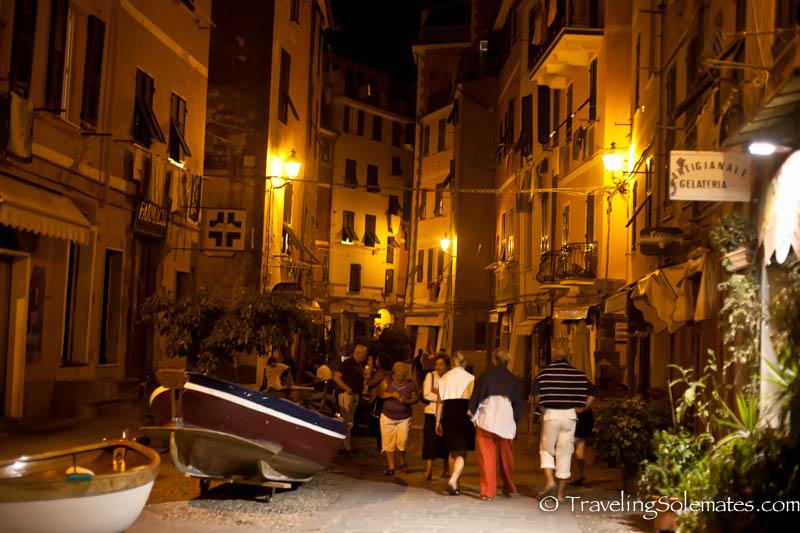 Passeggiate in Vernazza, Cinque Terre, Italy