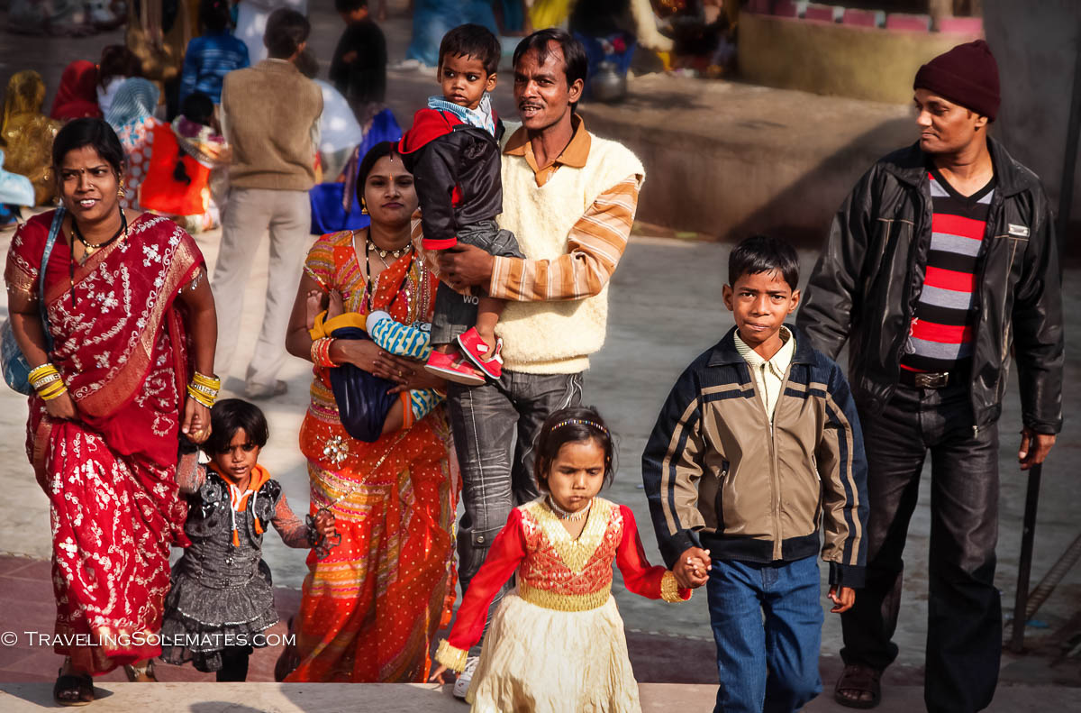 Wedding guest arriving in the temple, Orchha, India