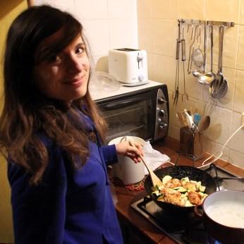 Beim Abendessen kochen in der Finca.