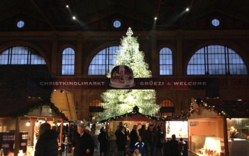 Weihnachtsbaum im Züricher Hauptbahnhof