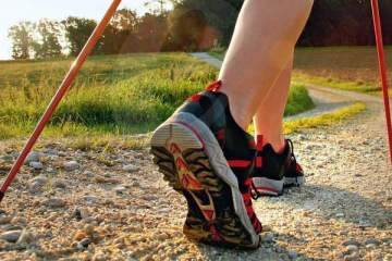 Nordijsko hodanje može biti uzbudljivije od trčanja. Nemojte da vam bude glupo da nosite štapove.