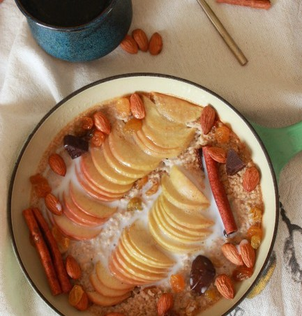 Baked Apple Cinnamon Steel Cut Oatmeal // treatswithatwist.com