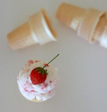No Churn Strawberry Ice Cream // treatswithatwist.com