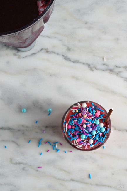 Berry Swirl Unicorn Smoothie// treatswithatwist.com