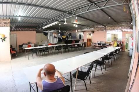 Atual refeitório é quente e desconfortável. Mesas ficam próximas a varais (Fernando Priamo/27-01-16)