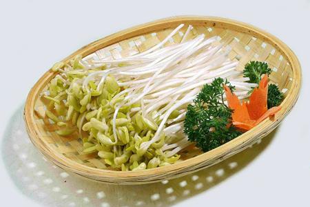Rau mầm chứa nhiều chất xơ và vitamin, vị ngọt giòn nhưng hơi hăng, được xem là một trong các loại rau sạch ưa chuộng hiện