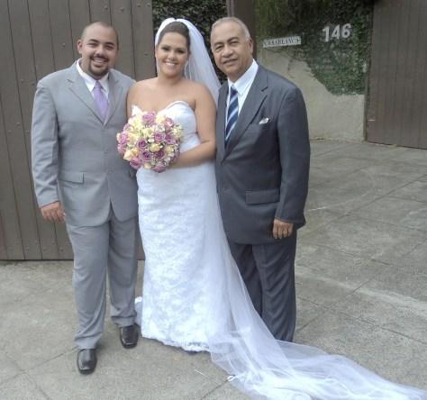 Na foto os noivos Junior e Marina com Túlio (direita)