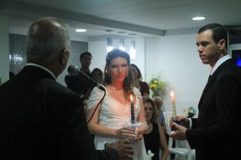 Foto do momento da cerimônia de celebração de casamento. Foto de Thais Pinho.