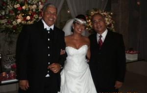 Os noivos Paulo César e Gilcelene com Túlio de Pinho, à direita.