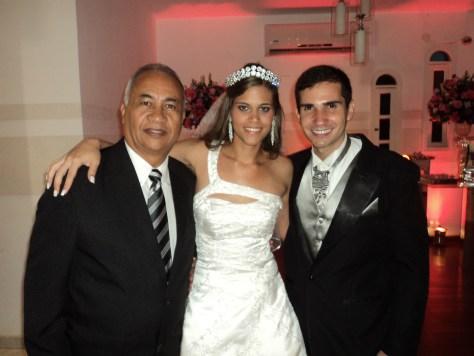 Na foto Túlio à esquerda com os noivos Carol e Francesco
