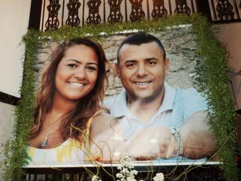 Na foto um banner do casal de noivos Fernanda e Renata.
