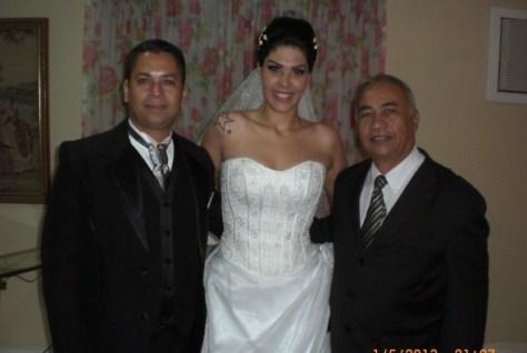 Os noivos Luciano e Fernanda com Túlio (à direita)