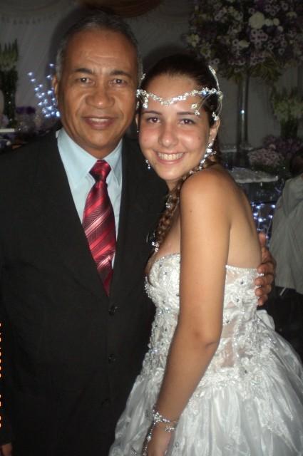 Foto do Mestre de cerimônias Túlio de Pinho com a aniversariante Stefanny