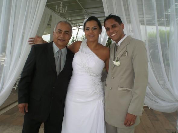 Túlio, à direita, com os noivos Cristina e Geovane