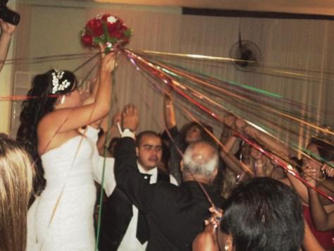 Foto da noiva Bruna cortando fitas