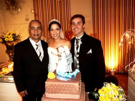 Na foto Túlio à esquerda com os noivos Paula e Bruno.