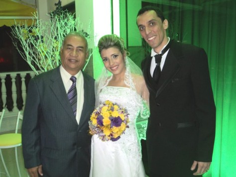 Foto de Túlio com os noivos Paola e Raphael