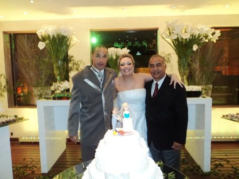 Foto dos noivos com Túlio, à direita.