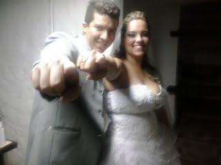 """Os noivos Rafael e Bianca fazendo sinal de """"esse é o cara"""" para Túlio que fotografava no celular."""