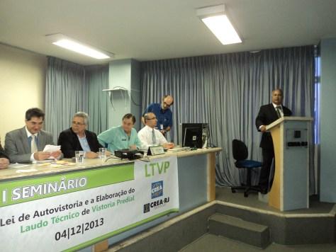 Foto de um dos momentos da apresentação do evento com Túlio no pupito.