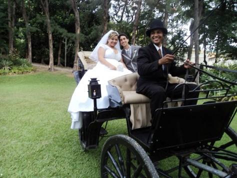 Os noivos na charrete logo depois da cerimônia.